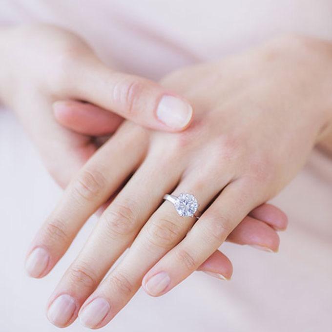 engagement-ring-shopping-tips-finger-flattering